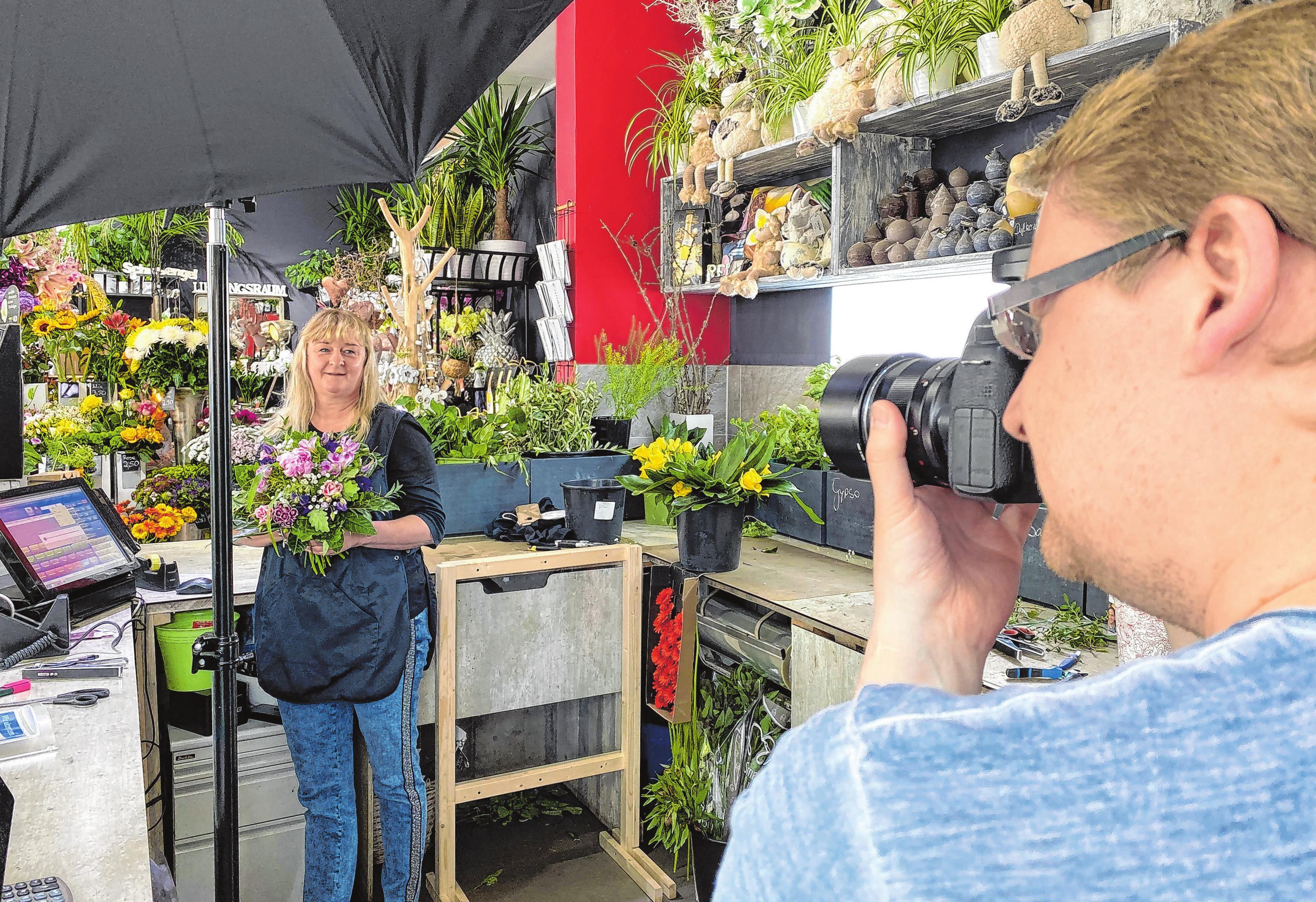 """Vivien Möwert, Inhaberin von """"Viviens Blumenstübchen"""", stand für die HÜTTECARD vor der Kamera. Fotos: Anne Bennewitz"""
