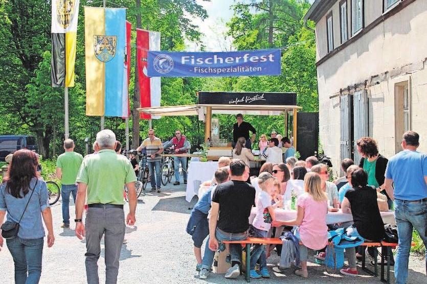 Das Fischerfest im Wasserschloss Mitwitz (Schlossinnenhof) beginnt um 11 Uhr. Es werden leckere Fischspezialitäten, Kaffee und Kuchen angeboten. Foto: hf