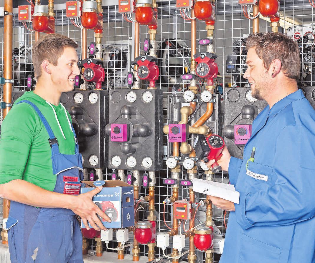 WER DIE RICHTIGEN ANLAGEN MITBRINGT, sorgt als Anlagenmechaniker dafür, dass es bei den Kunden läuft. Foto: AMH