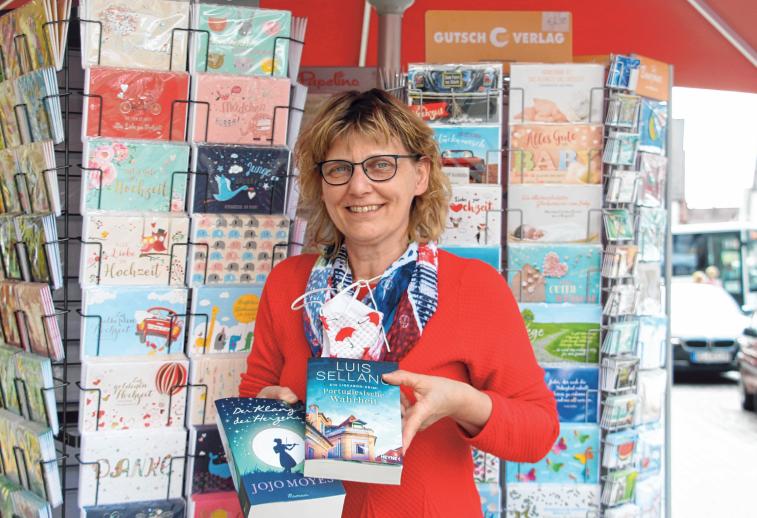 Roswitha Mayer von der Ulrich'schen Buchhandlung empfiehlt in der Coronakrise, sich die Zeit mit Kartenschreiben und Lesen zu vertreiben. FOTO: SCHMIDL