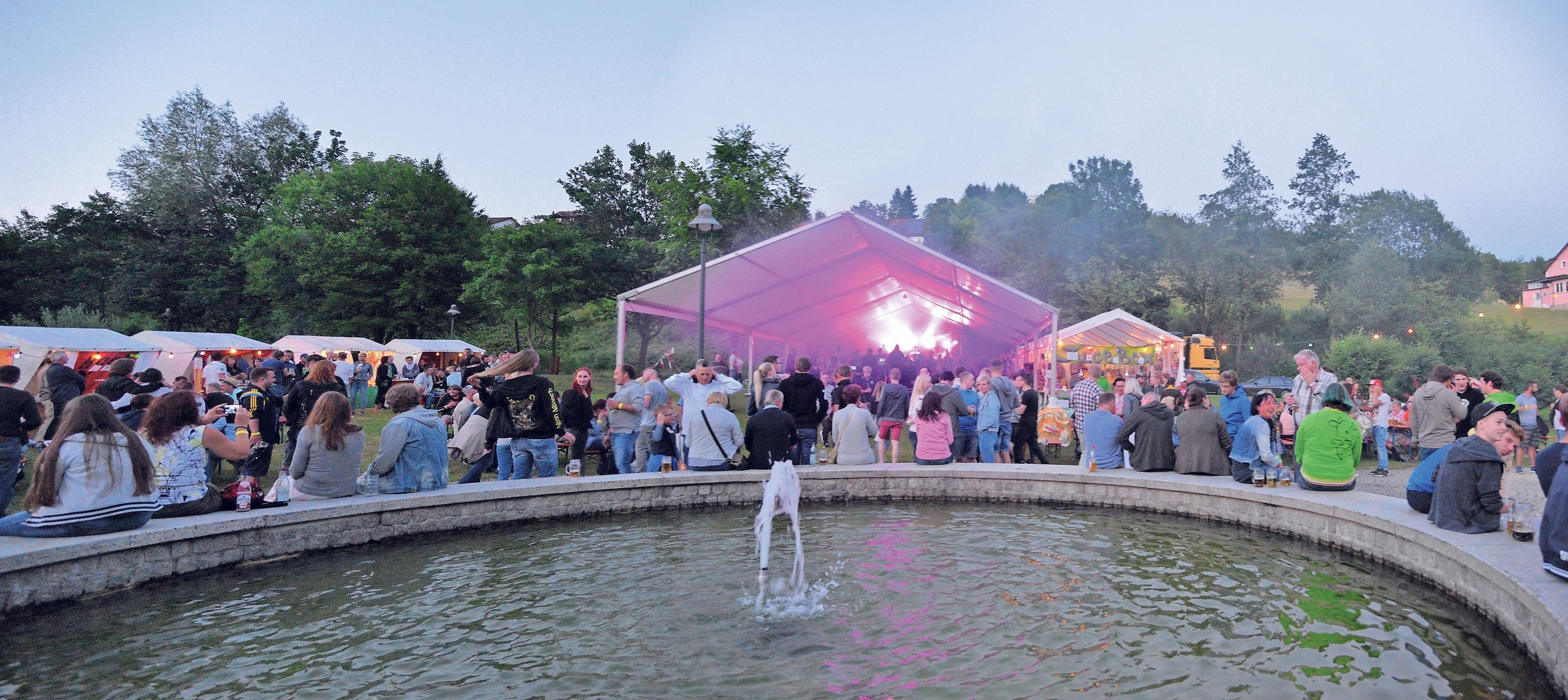 Der Kurpark in Warmensteinach verwandelt sich am Samstag zur Partyzone, wo Jung und Alt bis tief in die Nacht zusammen feiern.Foto: Simone Werner-Ney