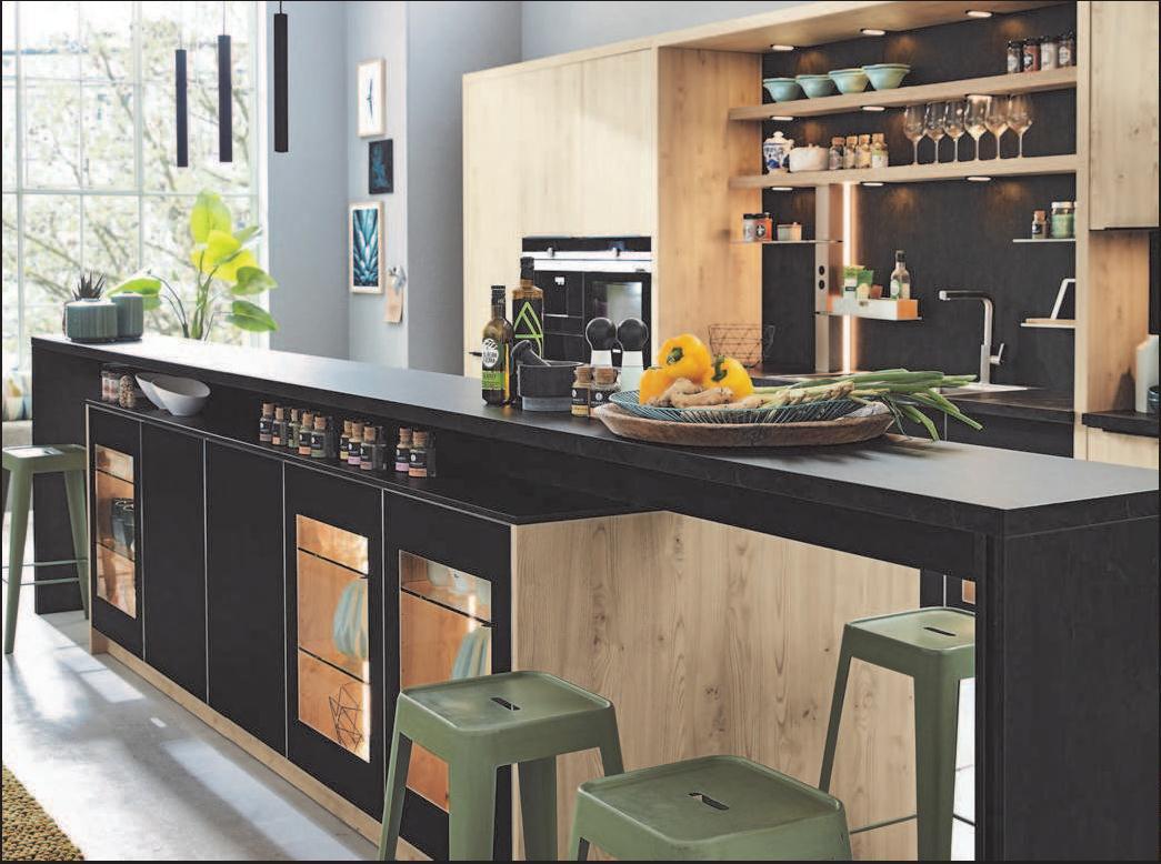 Holzfronten aus Furnier mit Oberflächen in dunklen Farben sind eine beliebte Kombination in der Küche. FOTO: AMK/FREI