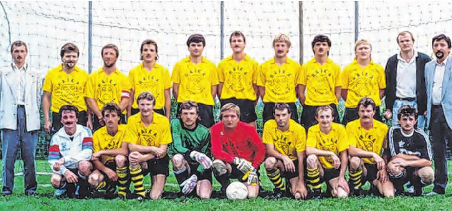 Franz Lang – im Bild stehend als Zweiter von links – erinnert sich an eine erfolgreiche Fußballgeschichte: Meistermannschaft 1988/89, 1. Klasse Nordwest, Aufstieg in die Bezirksliga. Foto: Union Enzenkirchen