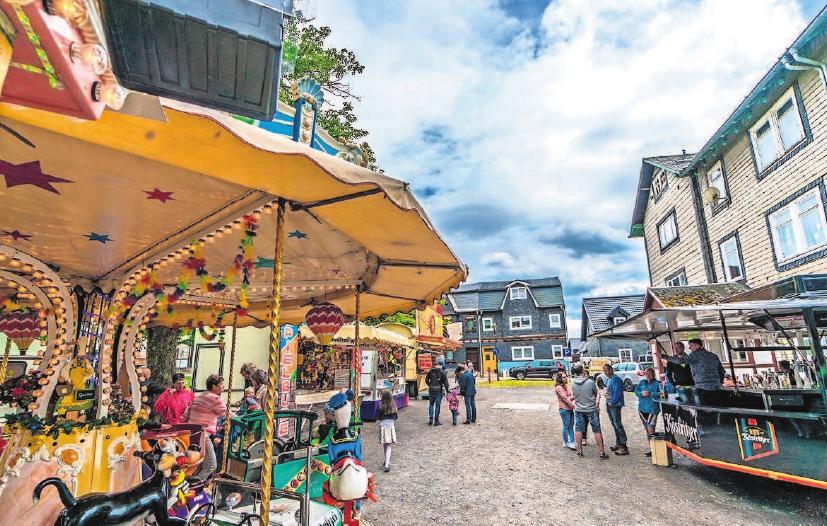 Willkommen auf dem Festplatz, wo u.a. Los- und Schießbude sowie ein Kinderkarussell zu vergnüglichen Momenten einladen. Fotos: Hochstrate