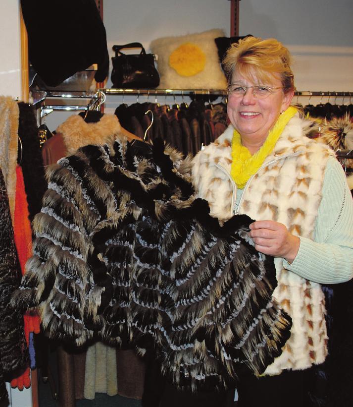 Pelz ist ein natürliches Produkt, das man in Deutschland aus einheimischen Fellen verarbeiten kann. Kürschnerin Gabriele Heyer fertigt aus alten Felljacken beispielsweise Decken.Fotos: Tina Jordan