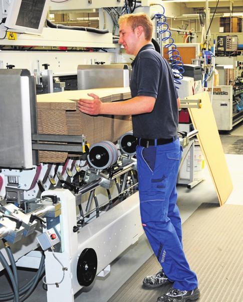 Bei der dualen Ausbildung zum Packmitteltechnologen kommt es vor allem auf handwerkliches Geschick und mathematisch-technisches Verständnis an. FOTO: SCA PACKAGING / DPA