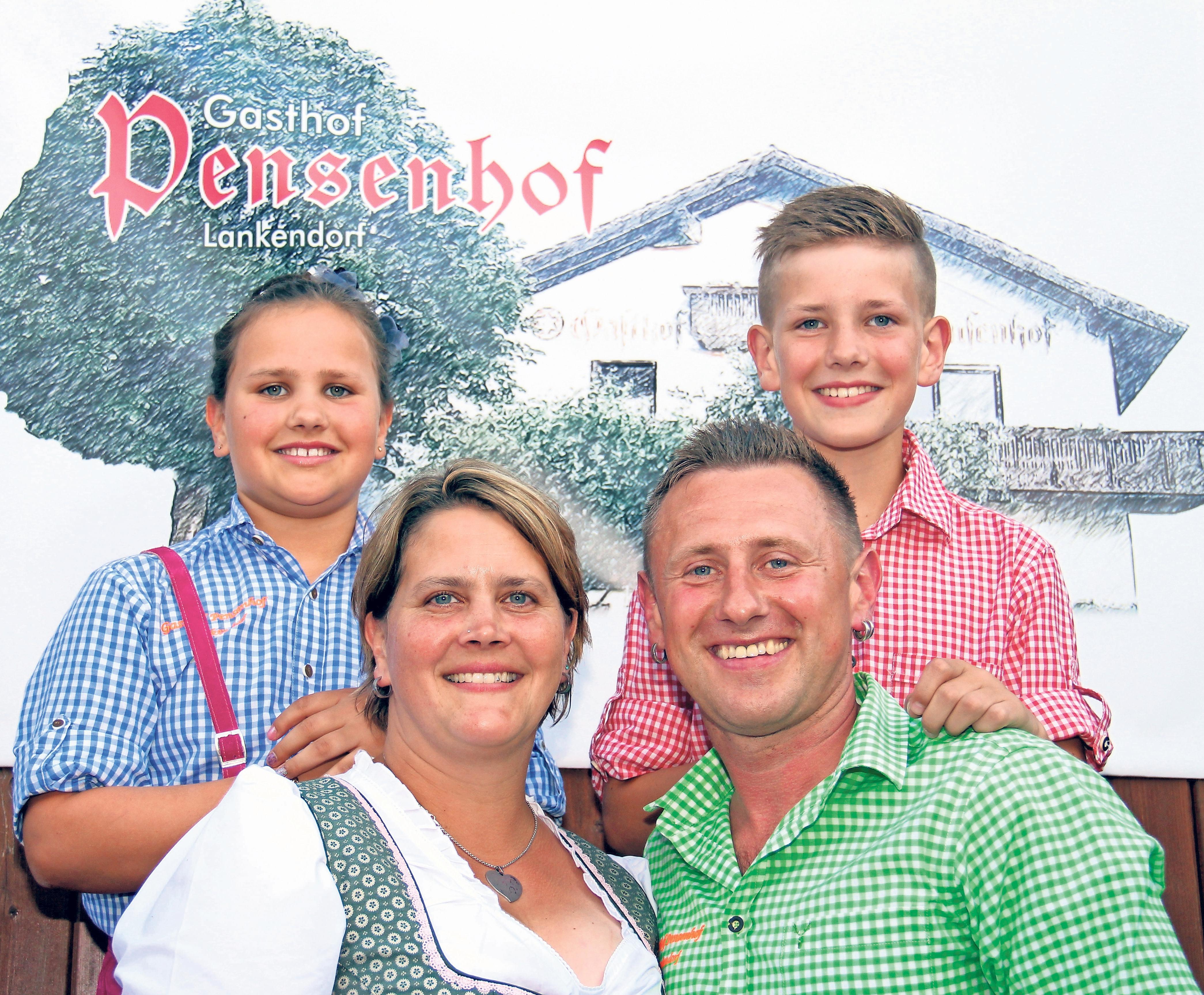 Pensenhofwirt Martin Zapf und seine Frau Sabine mit ihren Kindern Florian und Sarah. Fotos: Thomas Kenger