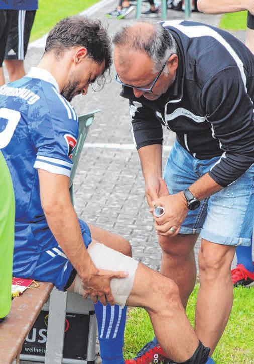 Chef-Physiotherapeut Uli Gierer (radius) unterstützt Ralf König bei einigen Spielen.