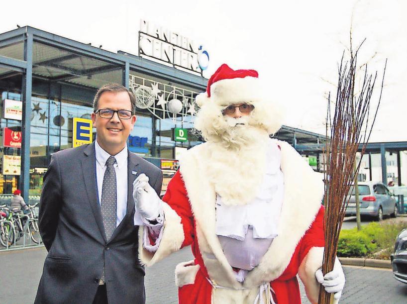 Centermanager Stefan Sahr und der Weihnachtsmann persönlich laden zum Shoppen ein.