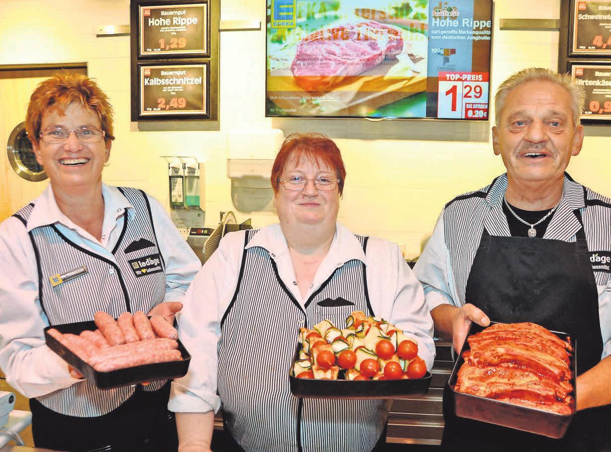 n Wennigsen sind Andrea Gewecke (Mitte) sowie Gabriele Tomszak die beiden Fachverkäuferinnen hinter der Frischfleisch- und Wurst-Bedientheke. Dabei werden sie von Fleischermeister Ulrich Koslowski unterstützt.
