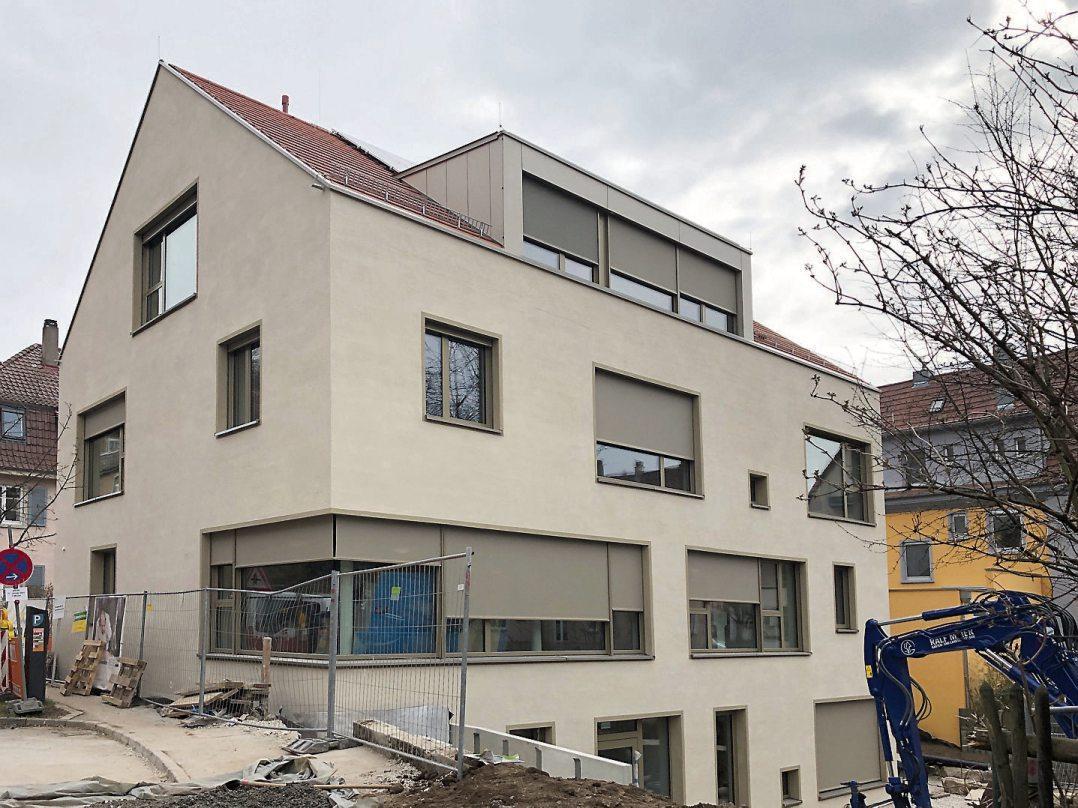 Der zentrale Zugang zum neuen Kinderhaus Gartenstraße ist in der Kielmeyerstraße 2. Der große Garten wird zukünftig von den Kindern beider nun benachbarter Kinderhäuser genutzt: Denen aus der Gartenstraße 50 und den 45 Rackern, die in den Neubau einziehen.