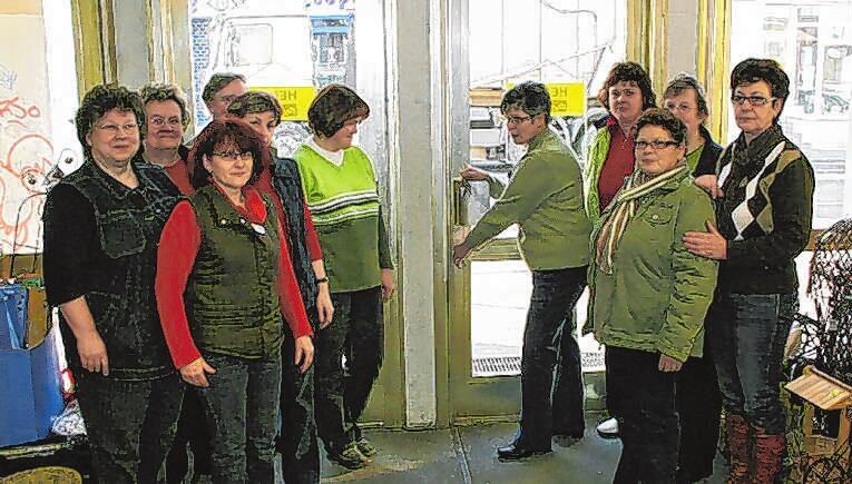 Das war's: Mitarbeiterinnen schließen am 31. Dezember 2008 die Türen des Kaufhauses. Die Wehmut war groß.