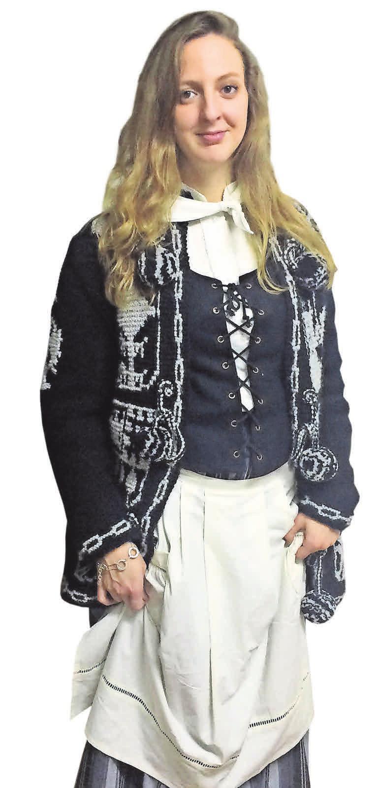 """Heiligabend kleiden sich viele Basken in traditionellen Gewändern. """"Eigentlich gehört bei den Frauen noch ein Kopftuch dazu, aber das mache ich nicht"""", sagt Nerea Lakuntza. Und die Männer? Die tragen natürlich Baskenmütze."""