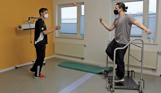 Blick in eine der sechs Behandlungskabinen, Vibrationstraining im neuen Gymnastikraum. Bilder: Uhland2