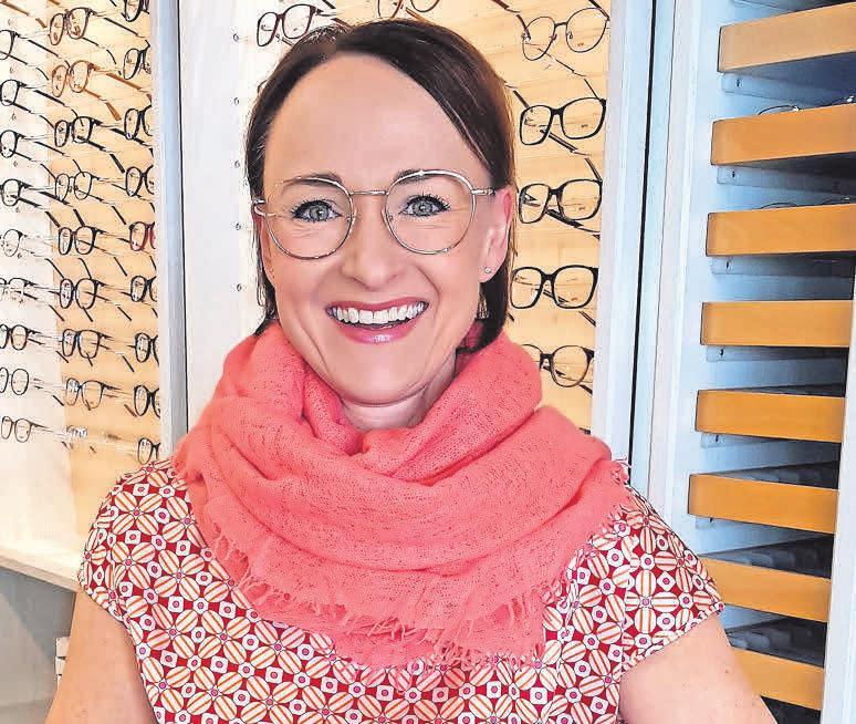 Augenoptikermeisterin Silke Virkus begrüßt den Frühling mit einer Metallbrille aus der Montblanc-Kollektion. Foto: Siegfried Hoffmann