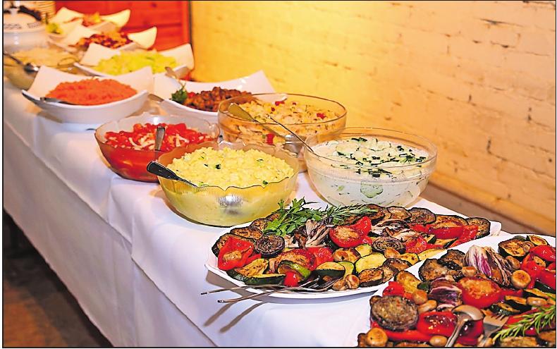 Lecker: Gegrilltes, Paniertes und Vegetarisches steht unter anderem auf dem Buffet. FOTO: RIBIC