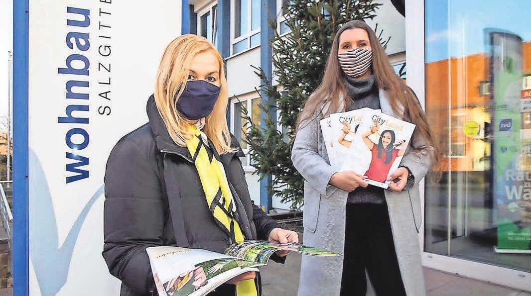 Lob für das Magazin: Gabriele Hürtler, Leiterin Personal bei der Wohnbau, blättert mit hallo-Mediaberaterin Nadine Bauer durch das CityLand. Foto: rk