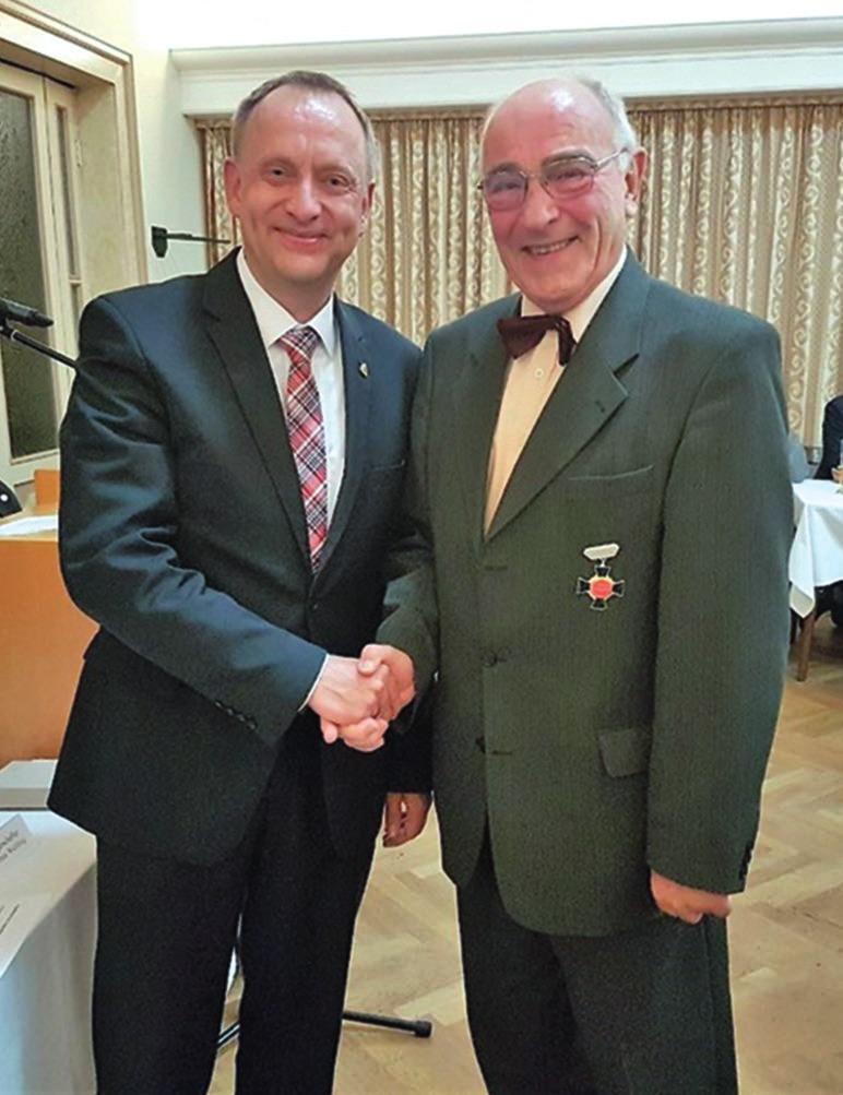 Bürgermeister Klaus Saemann gratuliert Jörg Dittbrenner.