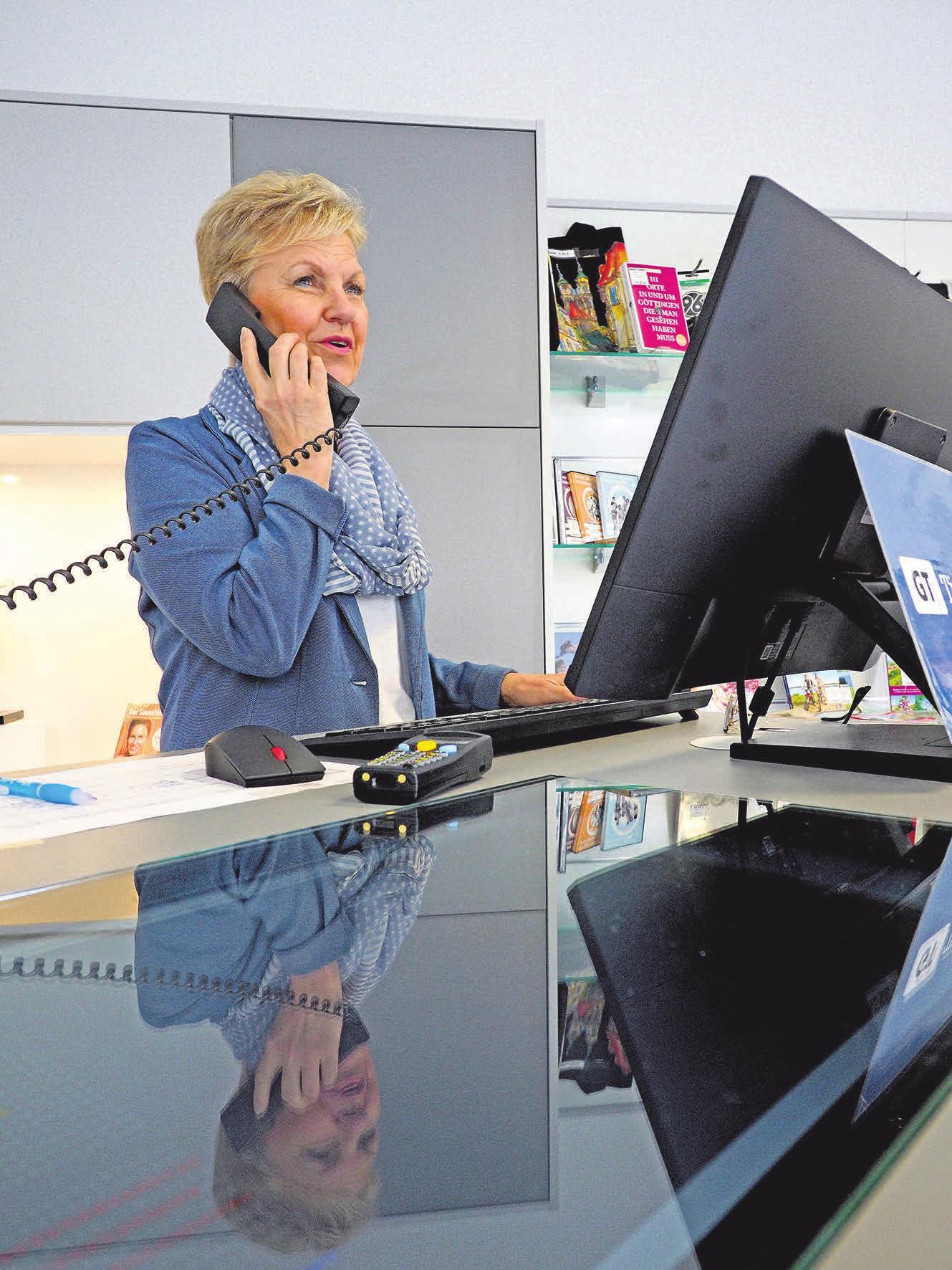 Auch telefonisch sind die uns auf Sie! Kolleginnen in der Wiesenstraße 1 immer für unsere Kunden erreichbar. FOTOS: HELLER