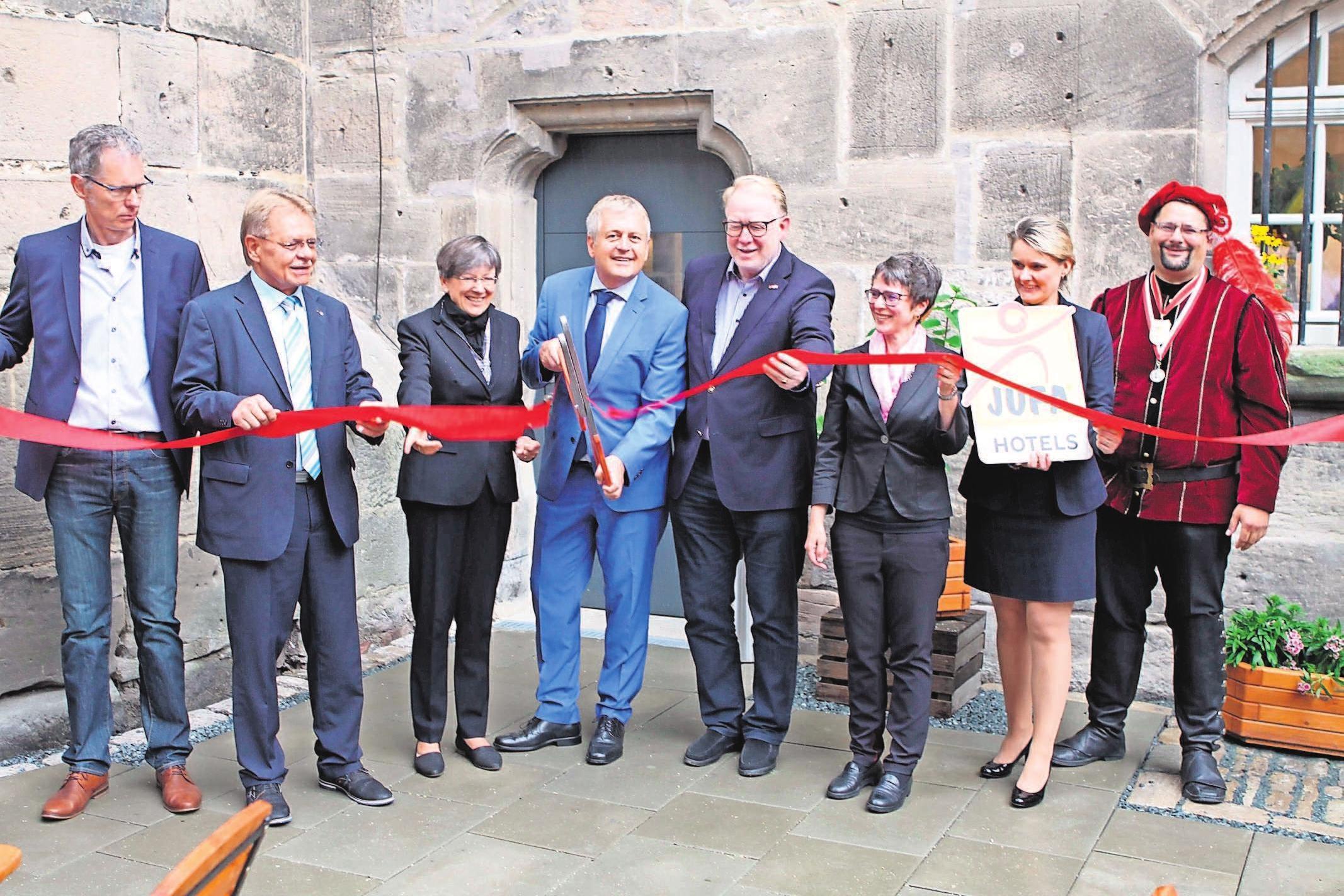 Der Vorstandsvorsitzende der JUFA Hotels Gerhard Wendel schnitt das rote Band symbolisch durch. Foto: mw