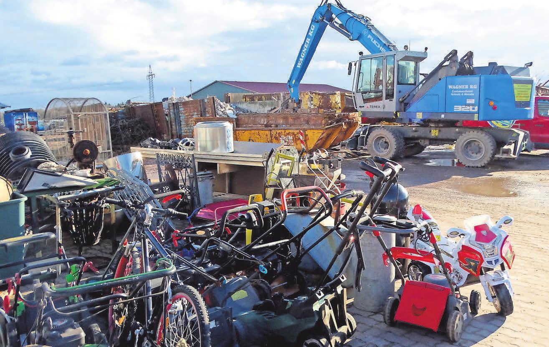 Der Schrott wird gesammelt, sortiert und wieder dem Recycling-Kreislauf zugeführt.