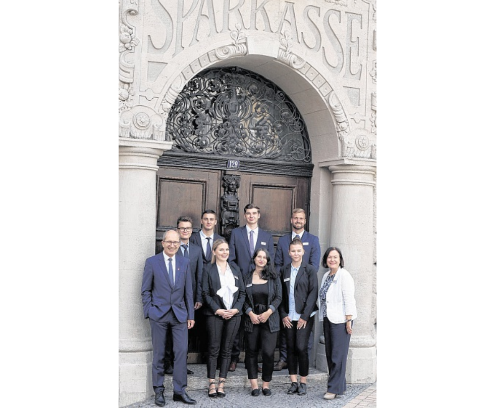 Vorstandsmitglied Ulrich Kempf (l.) und Personalentwicklerin Jutta Grabs begrüßten die sieben neuen Azubis. FOTO: RAINER CORDES