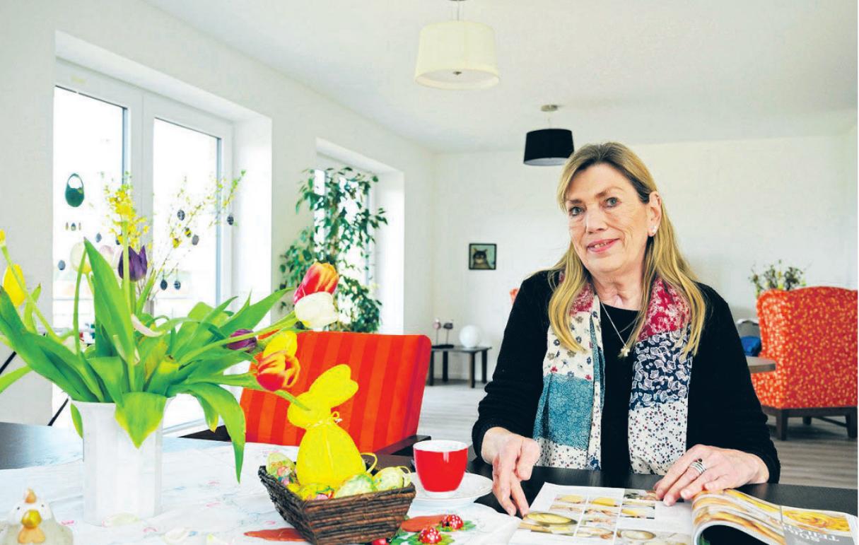 Astrid Ursula Heyden hat den Gemeinschaftsraum ein wenig österlich dekoriertFoto: Jürgen Müll