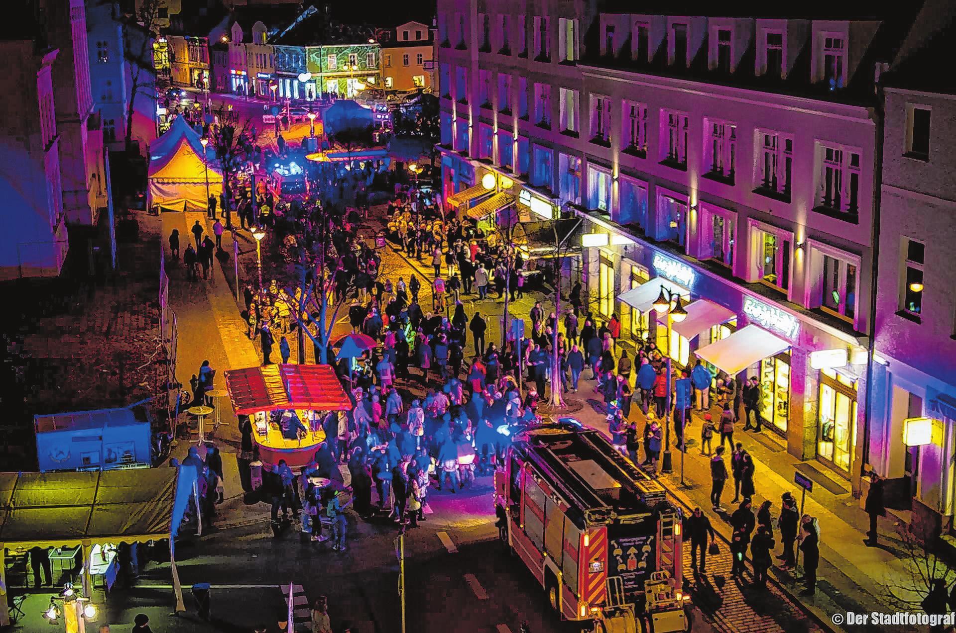 Lichtinstallationen und Feuerspiele tauchen die Fürstenwalder Innenstadt in ein magisches Licht. Anlass ist die 10. Shoppingnacht am 30. März zwischen Bahnhof und Spree. Fotos: Der Stadtfotograf
