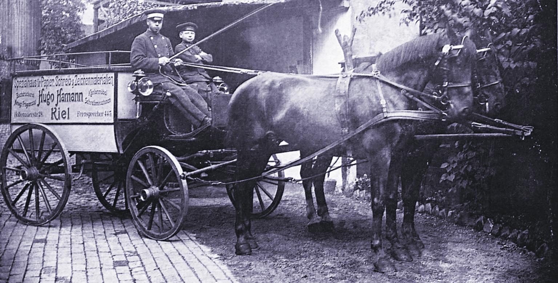 Zur Firmengründungszeit prägten noch Kutschen das Kieler Straßenbild.