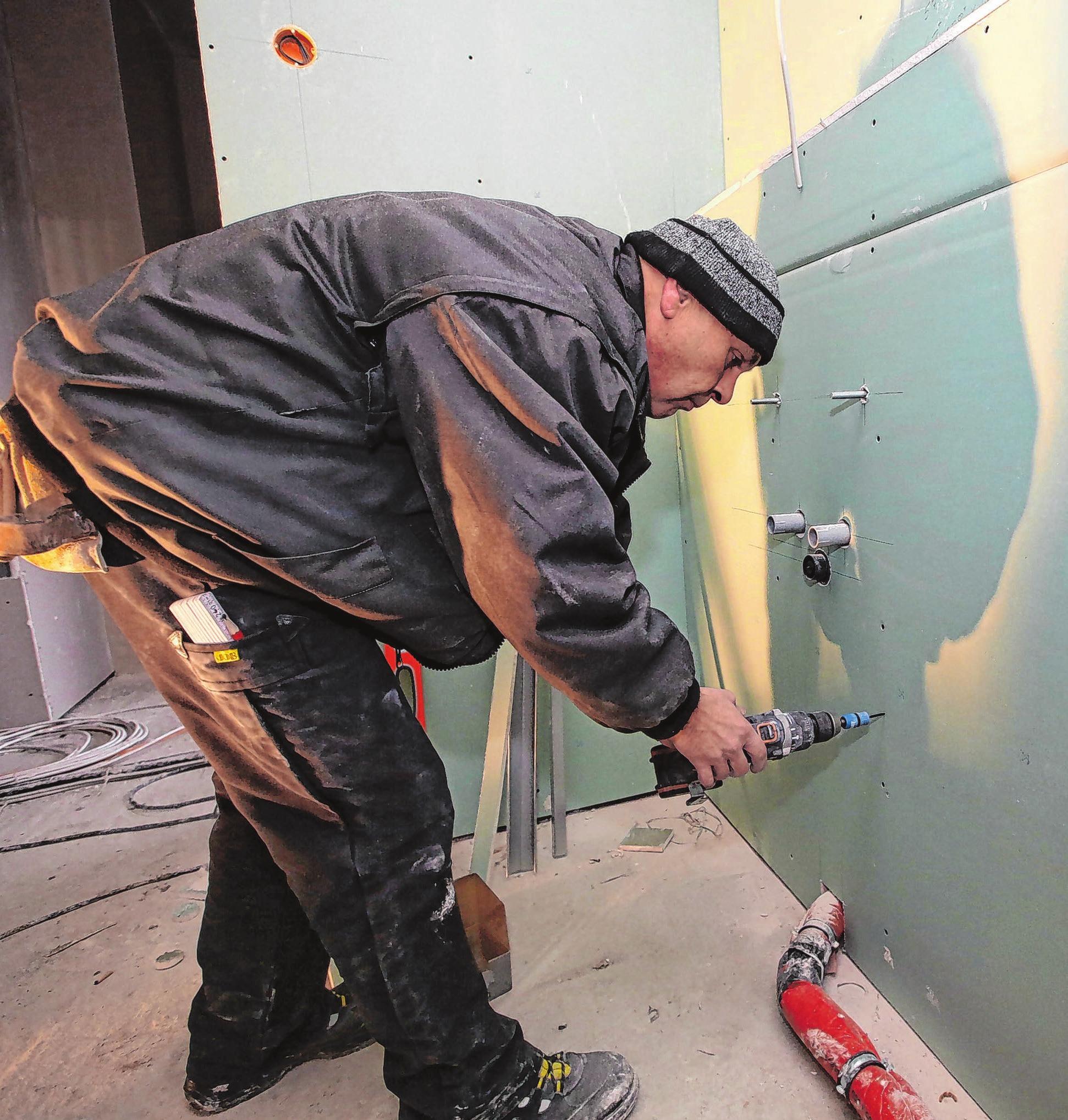 Der Innenausbau der Häuser hat bereits begonnen: hier Trockenbauer Jens Reichhoff in einem Bad
