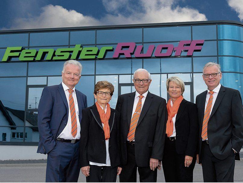 Die Geschäftsleitung von Fenster Ruoff Thomas Ruoff (li.), Heidi Stapf und Wolfgang Ruoff (re.) und Firmengründer Willy und Liese Ruoff (Mitte) laden herzlich zumJubiläumswochenende ein.