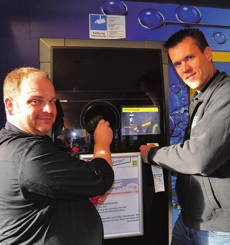 Marktinhaber Helge Kröger und Marktleiter Thomas Schröder (links) mit dem modernen Pfandautomaten, der bei Knopfdruck für den Kirchturm spendetFoto: Dörte Hoffmann