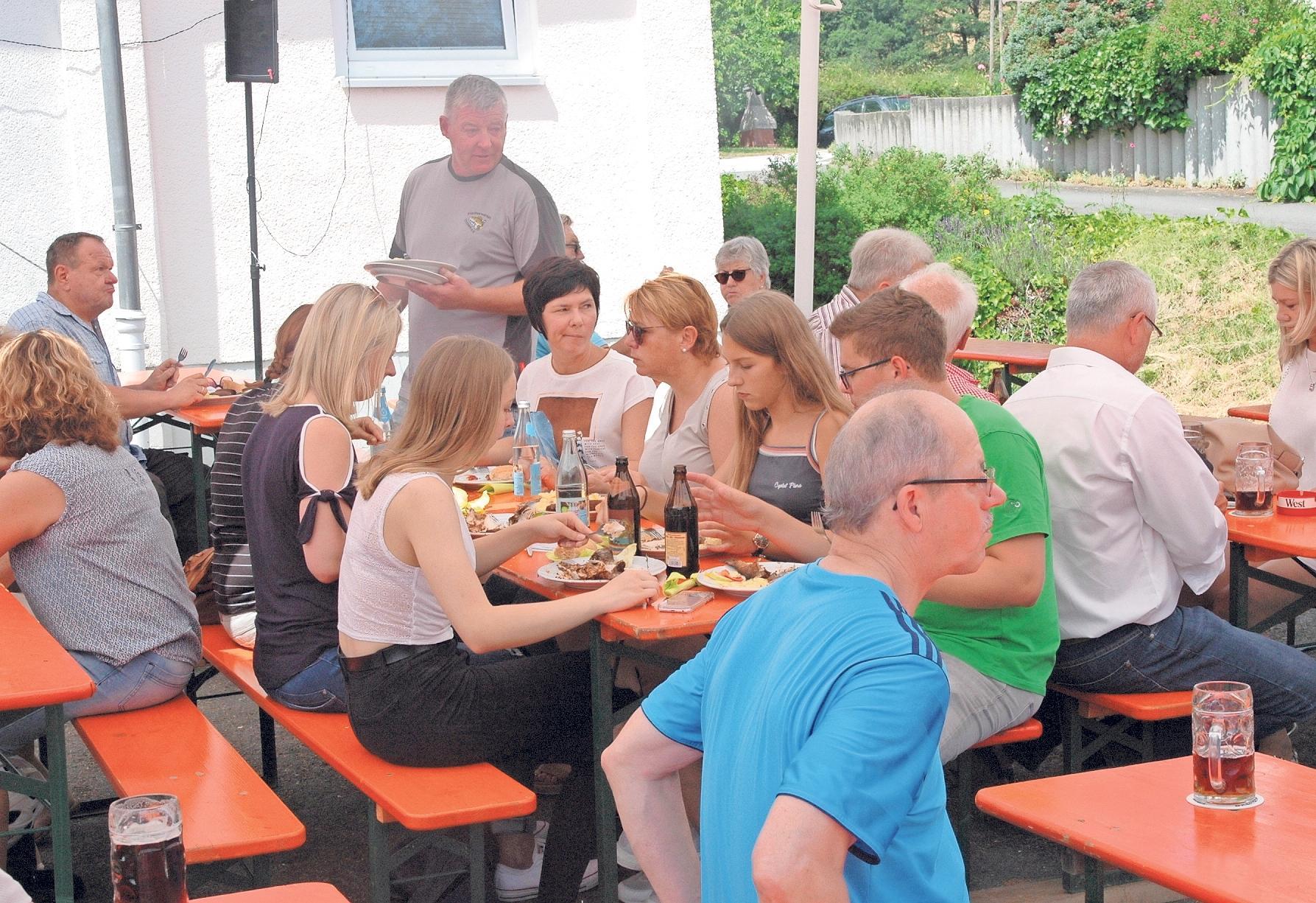 Biertischgarnituren unter Schatten spendenden Sonnenschirmen sorgen zusammen mit gutem Essen und kühlem Bier für Gemütlichkeit.