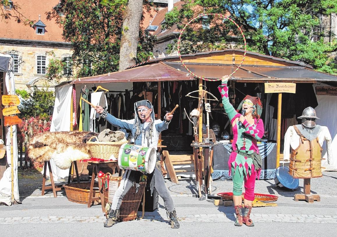 """Auch in früheren Zeiten war ein Markt nie nur Podium für Handel und Verkauf, sondern ein solcher Markt lockte auch immer Gaukler, Possenreißer und Musiker zum Marktgeschehen. Im Bild """"Mimikry"""" FOTO: STEFANIE BRANTNER"""