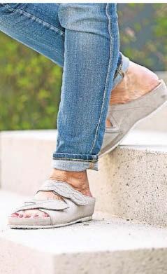 Ratsam bei Zehenfehlstellungen sind flache Schuhe, die guten Halt bieten.