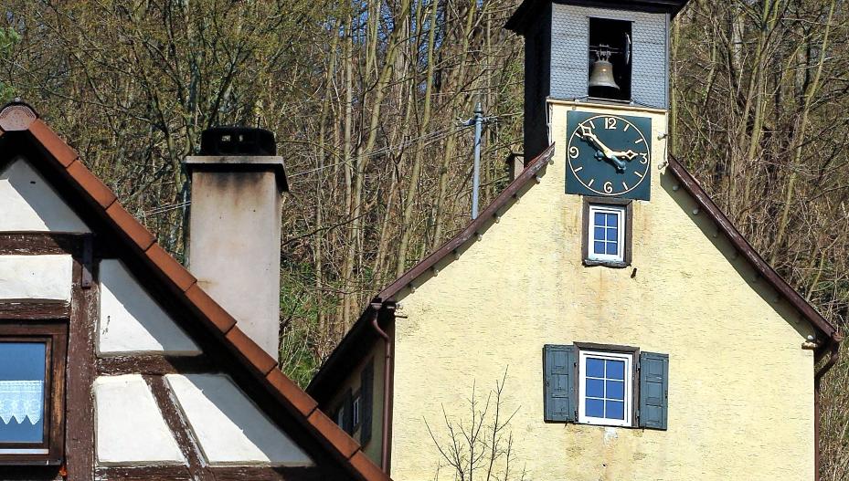 Von der einstigen Widderner Burg ist nur noch der kleine Glocken- und Uhrenturm übriggeblieben: das Dörnle. Sein Geläut ist sagenumwoben. Fotos: Archiv/Dirks