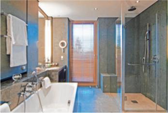 Badezimmer mit großformatigen Fliesen FOTO: DJD