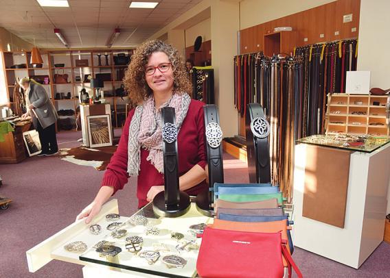 Isabel Gast kümmert sich um den Verkauf der Gürtel bei Ludwig Schröder in Uetersen im Fabrikshop Foto: Klein