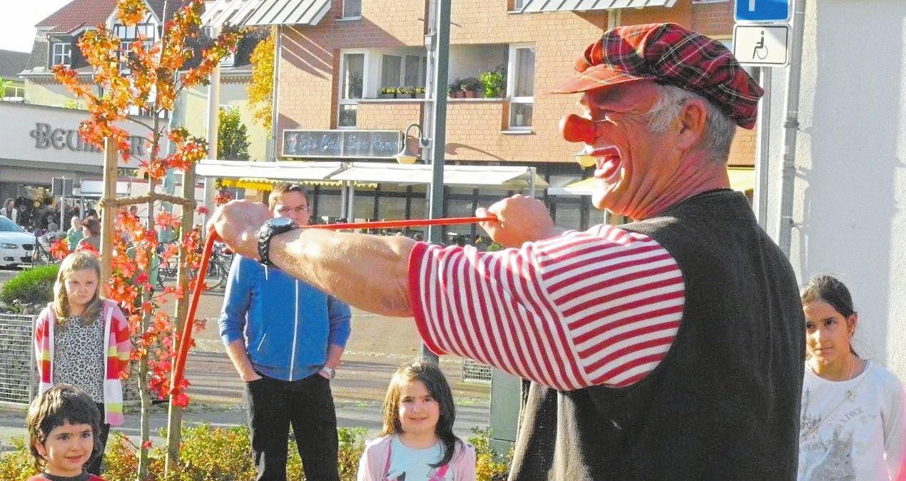 Aufmerksam beobachtet wird der Clown Pichel oftmals nicht nur von Kinderaugen. Er fasziniert all seine Zuschauer mit seinen Tricks und seinem bunten Showprogramm.Fotos: Gewerbeverein Ennigerloh