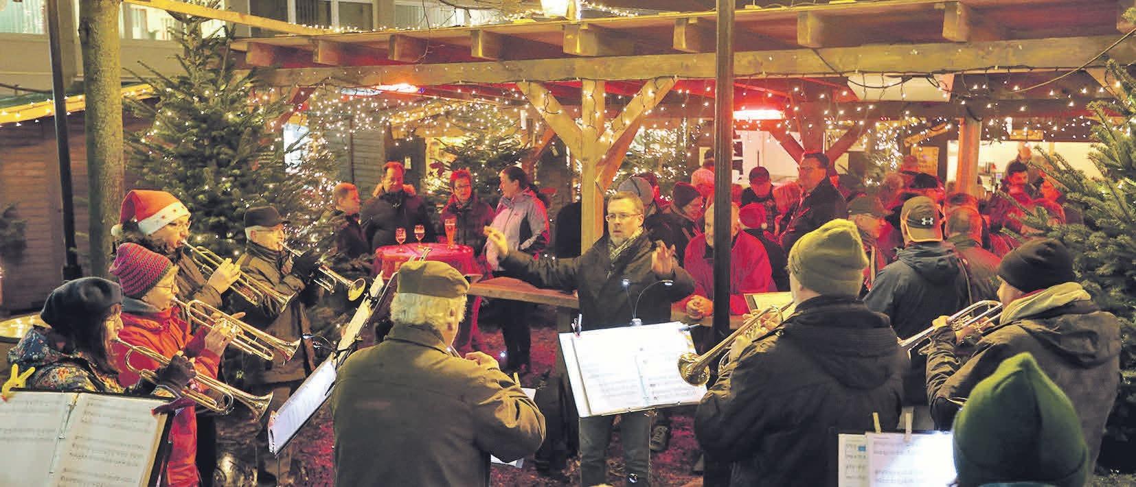 Zur Eröffnung des Vorsfelder Weihnachtsmarktes spielt der Posaunenchor. Photowerk