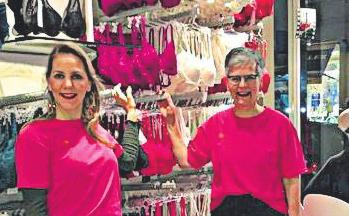 Ulrike Sommer mit ihrer Tochter Charlotte im Geschäft.
