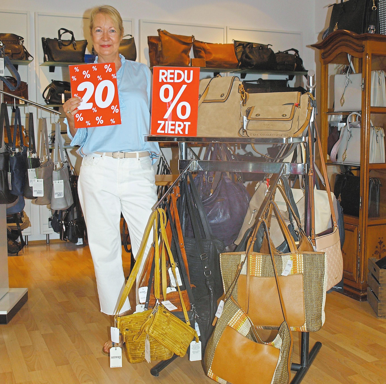 Andrea Nordhoff hat Prozent-Schilder verteilt. Bei Leder Deiters lässt sich derzeit ordentlich sparen.