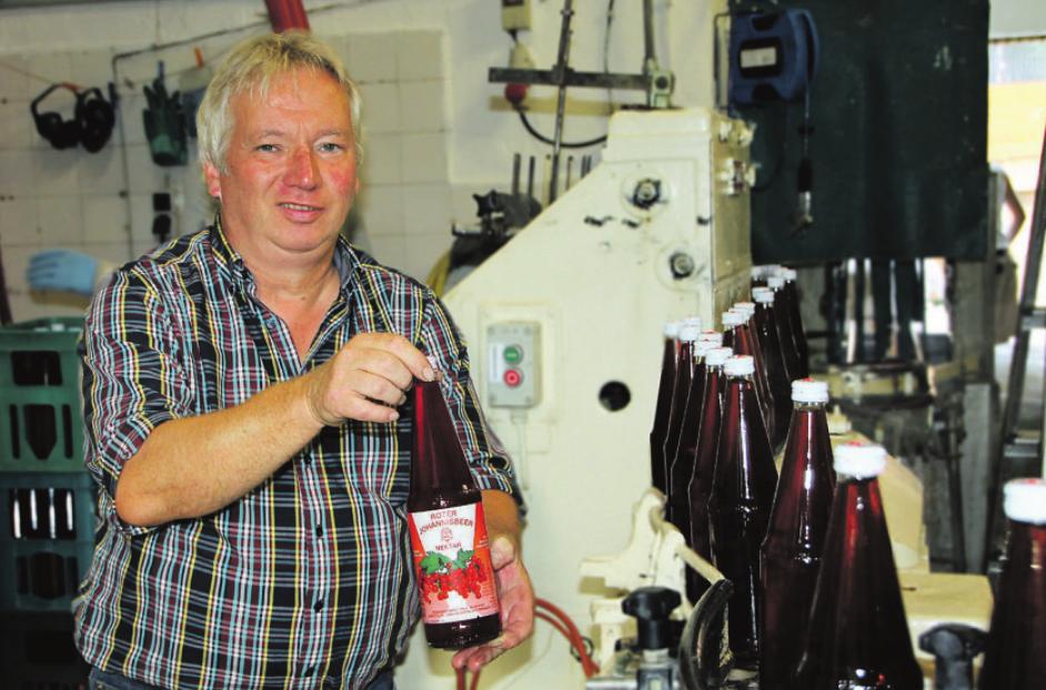 Inhaber Martin Schmidt ist zur Zeit damit beschäftigt leckeren Johannisbeer-Nektar in Flaschen abzufüllen Foto: cs