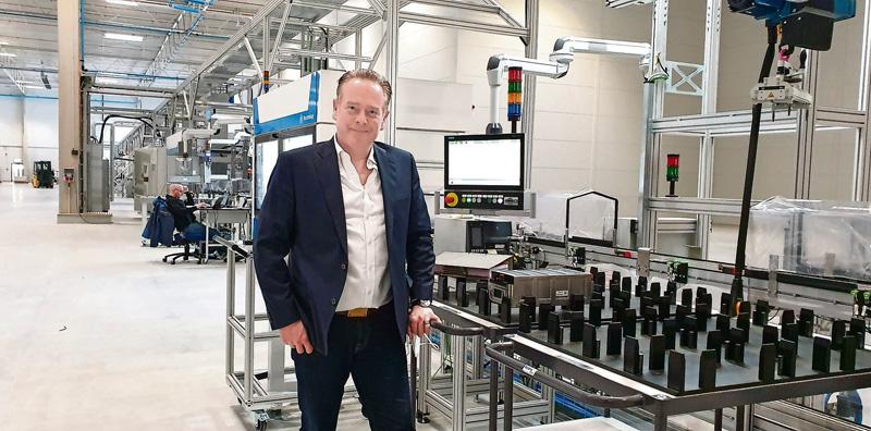 Neue Speicher. Microvast-Deutschlandchef Sascha Kelterborn an einer Fertigungsstraße für Batteriemodule. Vier weitere solcher Straßen haben in der Halle des Unternehmens aus Texas noch Platz, 250 Menschen sollen hier einmal Arbeit finden.