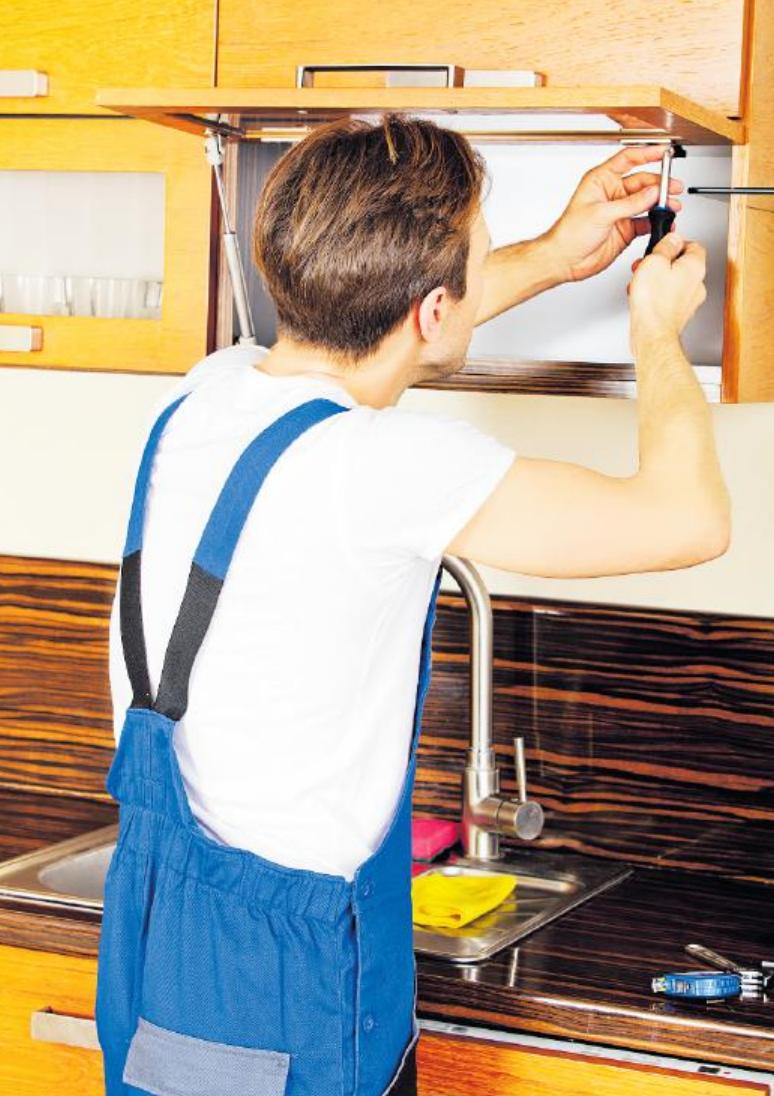 Es wird vermessen, gesägt, gedübelt, geschraubt, zurechtgerückt: die Ausbildung verlangt nicht nur handwerkliche Fähigkeiten ab. FOTO: PIOTRMARCINSKI/ STOCKADOBE.COM