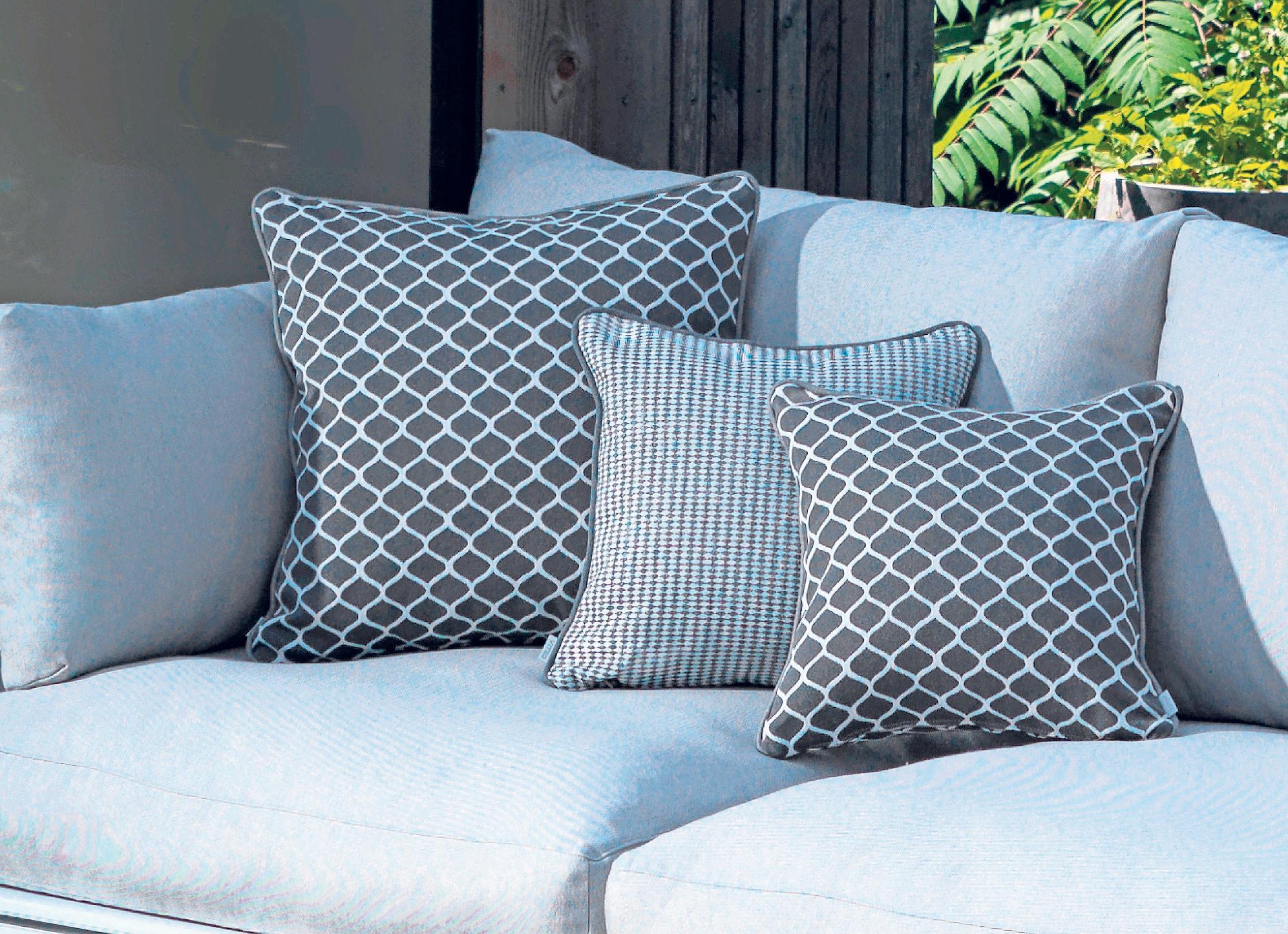 Viele Gartenmöbel haben dezente Farben, vor allem Grau ist beliebt. Foto: Viteo/dpa-tmn