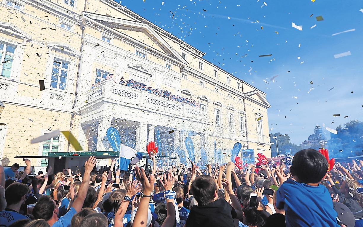 """Die Geschichte des Stadions ist eng mit der des SV Darmstadt 98 verknüpft. Dessen Fußballer hatten vor allem ab der Saison 2013/2014 einiges zu feiern und taten dies nicht nur im Stadion, sondern unter anderem, wie auf dem Foto zu sehen, auf dem Balkon des Staatsarchivs nach dem """"Wunder von Bielefeld"""". Auch der hessische Ministerpräsident Volker Bouffier gratulierte: """"Den Darmstädtern ist eine Sensation gelungen."""" Sie hätten aus dem Spiel ein """"Herzschlagfinale"""" gemacht. Der SV 98 hatte damals mit einem 4:2-Sieg nach Verlängerung im zweiten Relegationsspiel gegen Arminia Bielefeld eine 1:3-Niederlage aus dem Hinspiel wettgemacht. Und der Bölle stand daraufhin Kopf. Foto: André Hirtz"""