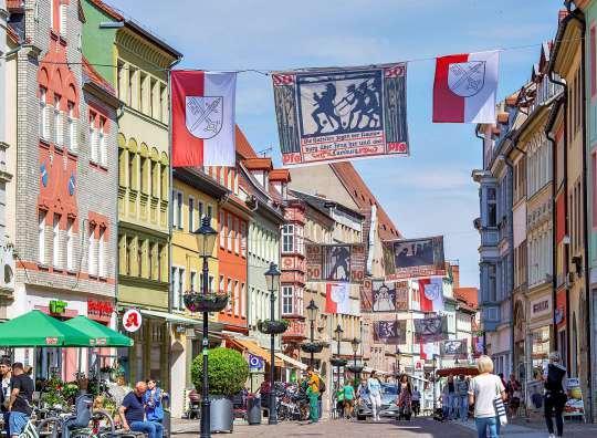 """Naumburgs Innenstadt im """"Kirschfestkleid""""– geschmückt mit Fahnen und Bannern mit den Motiven des Kirschfest-Notgeldes. FOTO: TORSTEN BIEL"""