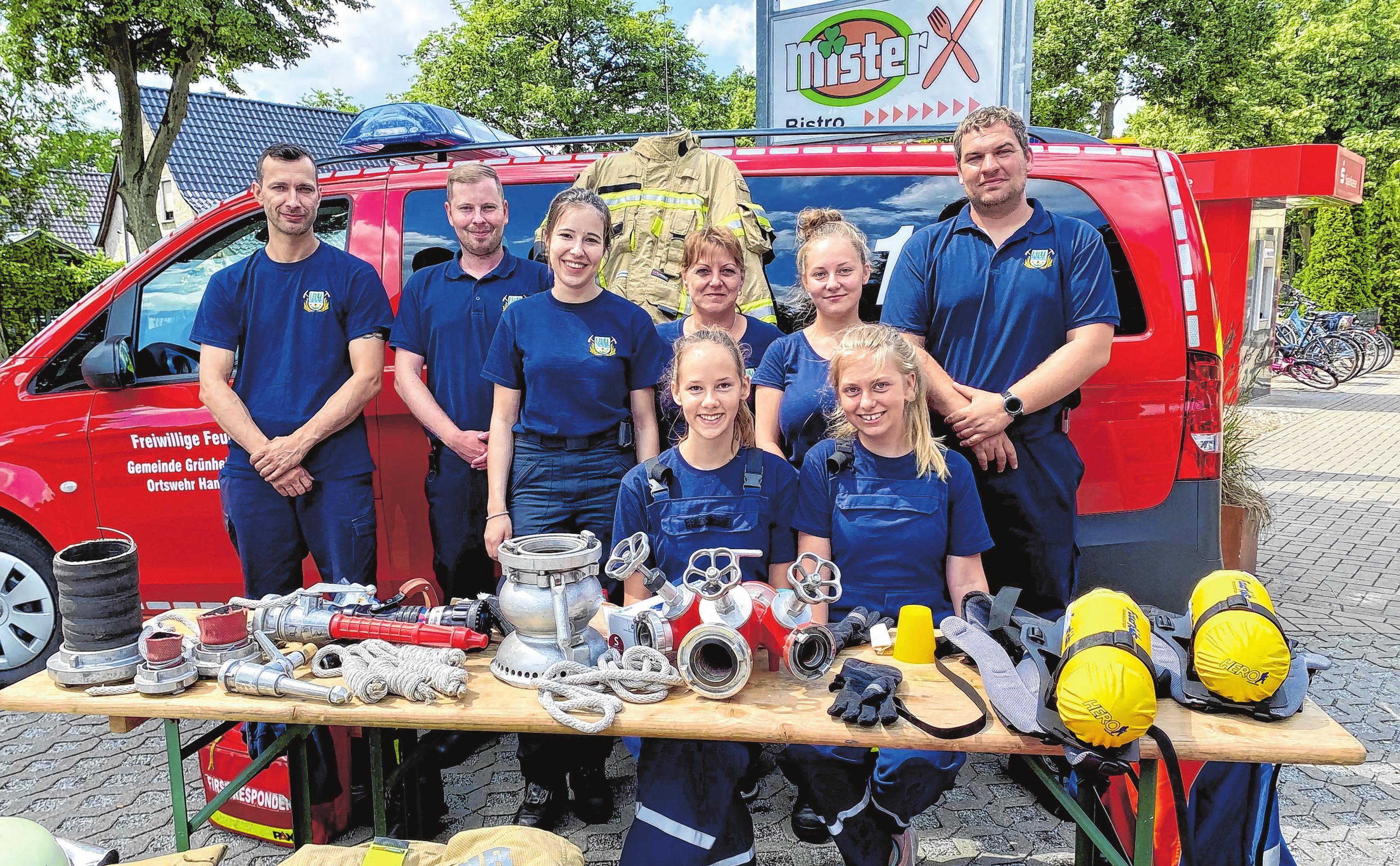 Die Freiwillige Feuerwehr von Hangelsberg präsentierte einen Info-Stand, an dem sie ihr Equipment vorstellte und Verbandsszenen nachgestellt wurden. Die Kids fuhren im Feuerwehrauto durch den Ort. Fotos (7): Alexander Winkler