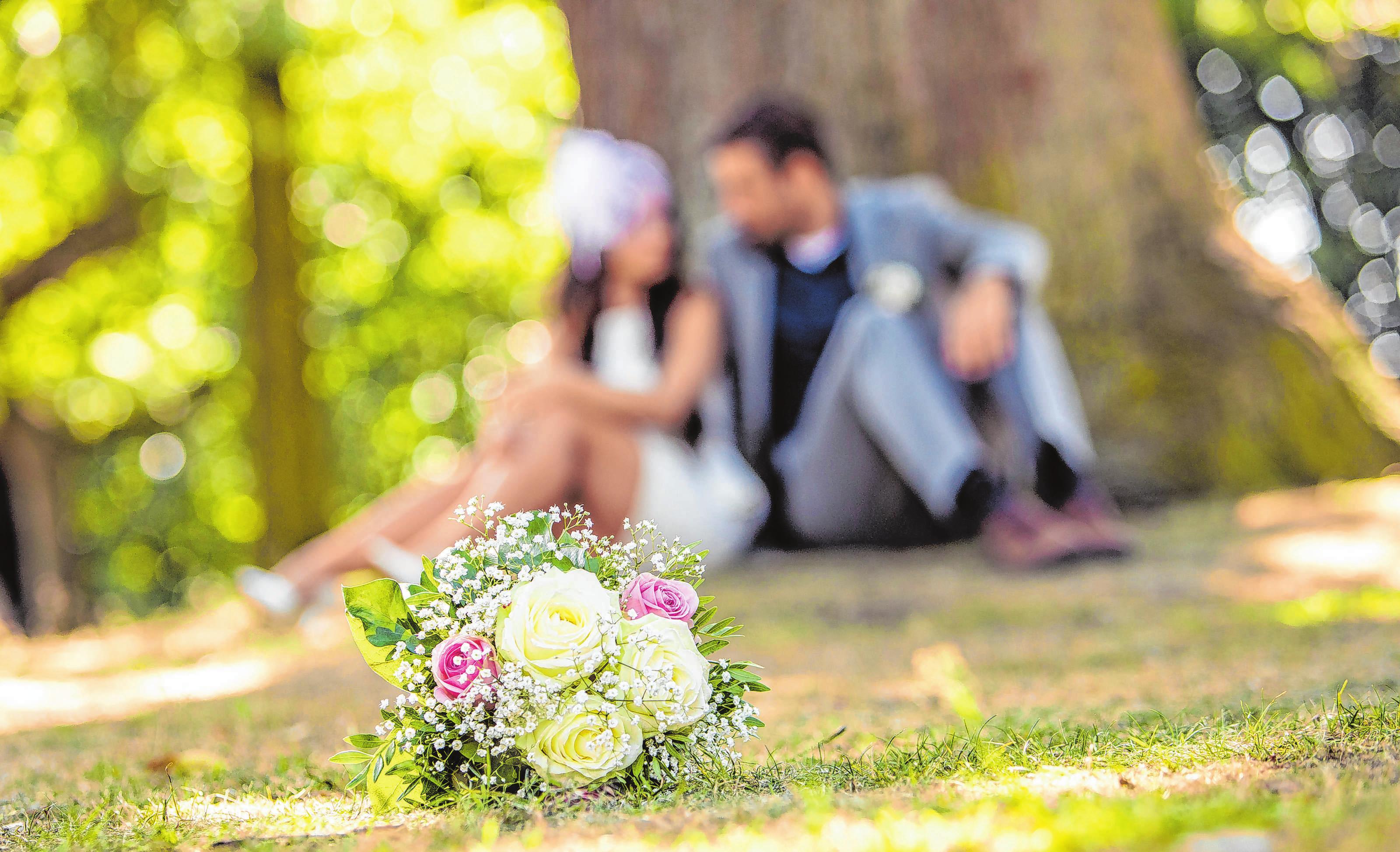Viele Hochzeitspaare wollen weg von den üblichen Traditionen und durchgetakteten Feiern. Foto: Christin Klose/dpa-mag